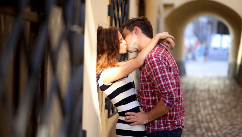 Картинки девушки целуют парня